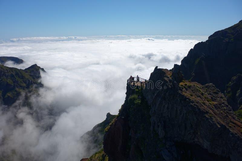 Schöner breiter Schuss von grünen Bergen und von weißen nebeligen Wolken lizenzfreies stockfoto