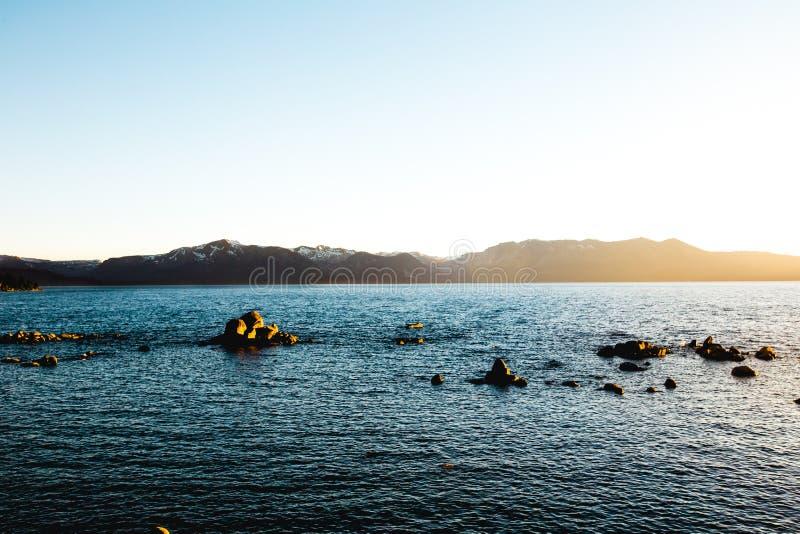 Schöner breiter Schuss von Meer während der Tageszeit lizenzfreie stockbilder