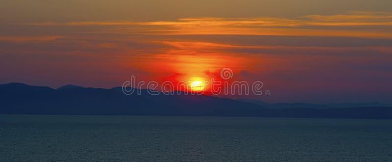 Schöner brennender Sonnenuntergang über dem Meer lizenzfreies stockbild