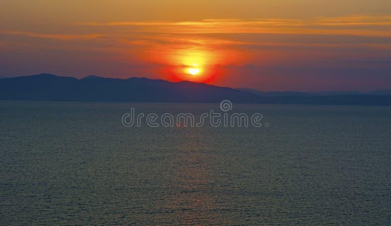 Schöner brennender Sonnenuntergang über dem Meer stockbild