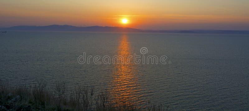 Schöner brennender Sonnenuntergang über dem Meer stockfotografie