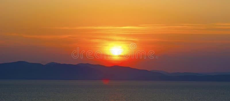 Schöner brennender Sonnenuntergang über dem Meer stockbilder