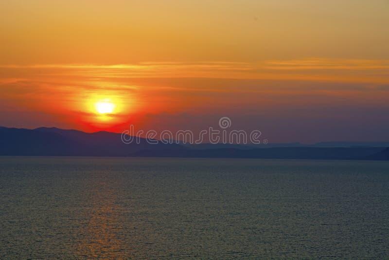 Schöner brennender Sonnenuntergang über dem Meer lizenzfreie stockbilder