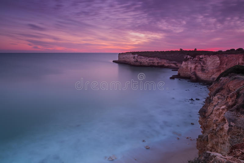 Schöner brennender Sonnenuntergang auf der Küste von Portugal Sea lizenzfreies stockbild