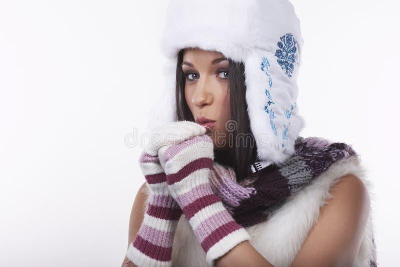 Schöner Brunette auf weißem Hintergrund lizenzfreie stockfotos