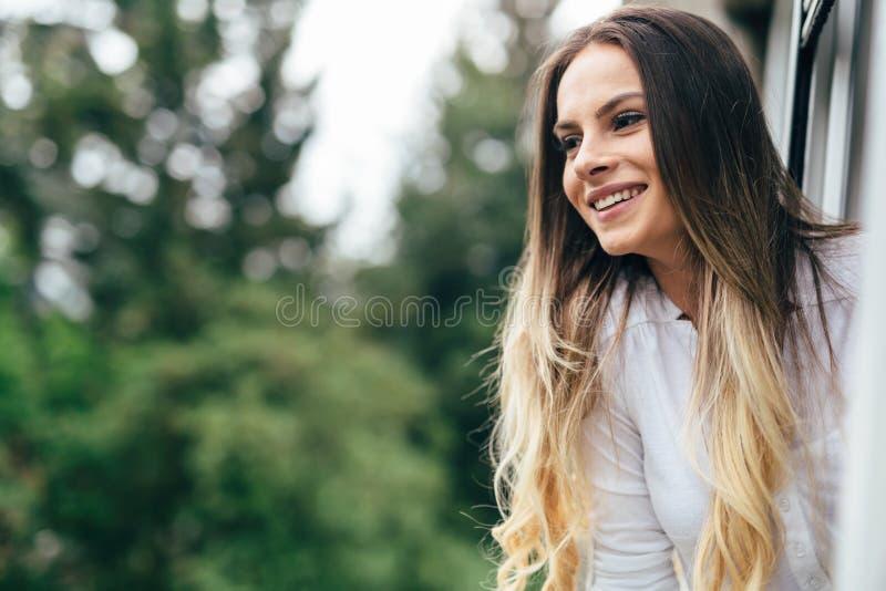 Schöner Brunette, der draußen in der Natur lächelt stockbilder