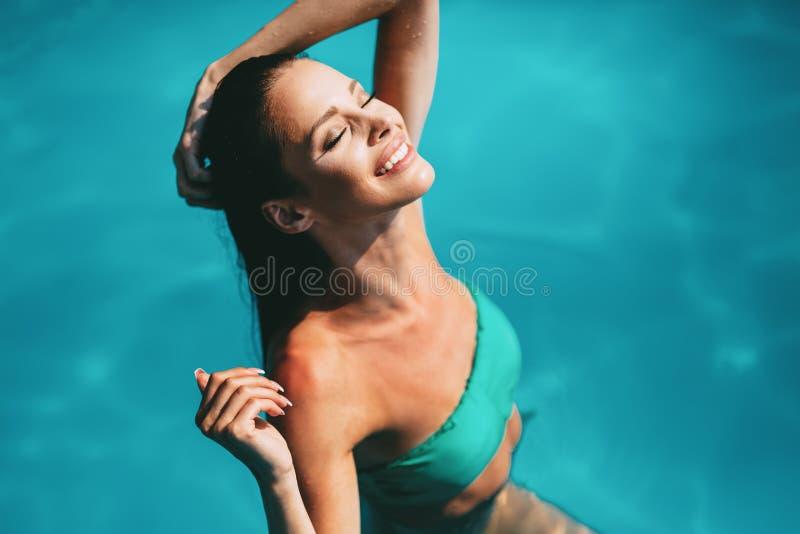 Schöner Brunette, der Ferien genießt lizenzfreie stockfotos
