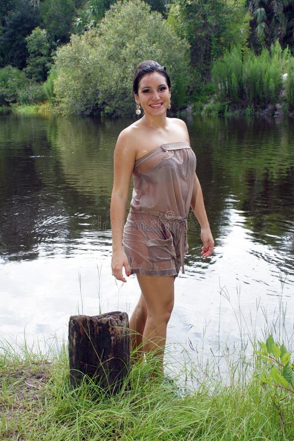 Schöner Brunette in einem Fluss    lizenzfreies stockbild