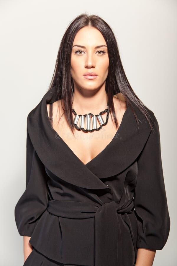 Schöner Brunette in einem stilvollen Art und Weise Pantsuit stockbilder