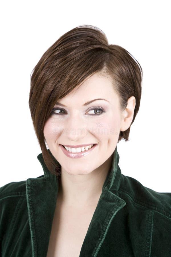 Schöner Brunette im grünen Lächeln stockfoto