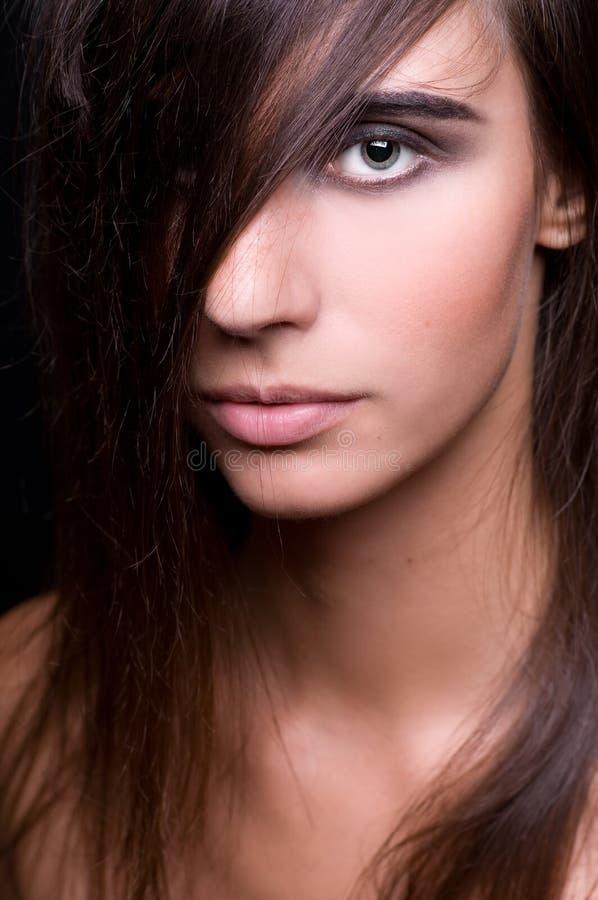 Schöner Brunette mit dem ausgezeichneten natürlichen Haar stockbilder