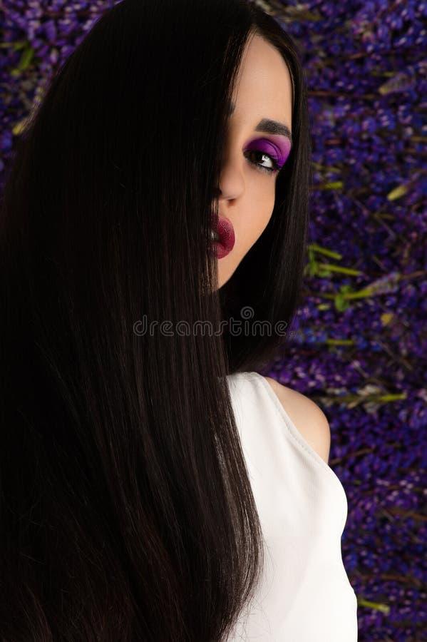 Schöner Brunette mit dem eleganten geraden Haar stockfoto