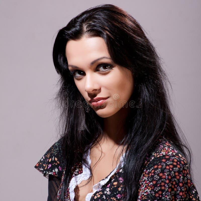 Schöner Brunette mit dem gesunden langen Haar lizenzfreie stockfotos