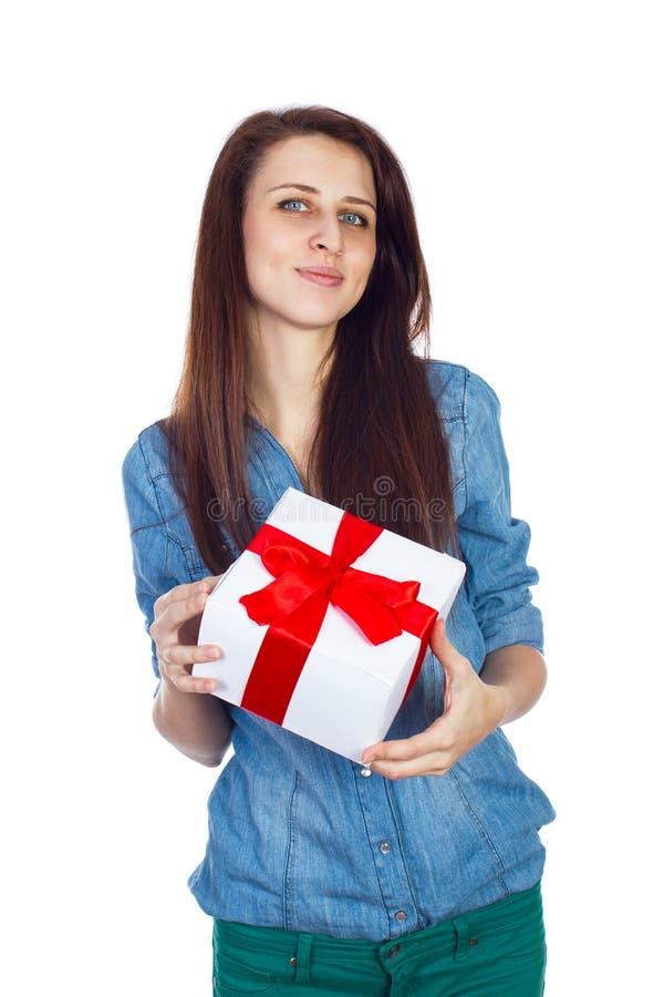 Schöner Brunette mit dem langen Haar lokalisiert auf weißem Hintergrund mit Geschenkbox in den Händen lizenzfreie stockfotos