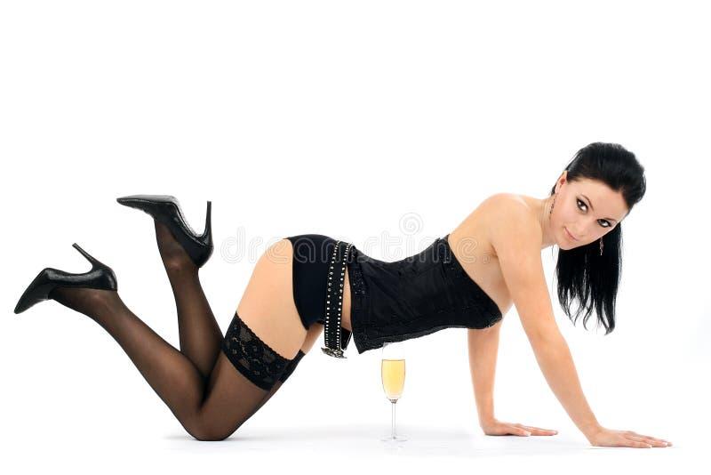 Schöner Brunette mit einem Champagnerglas stockfoto