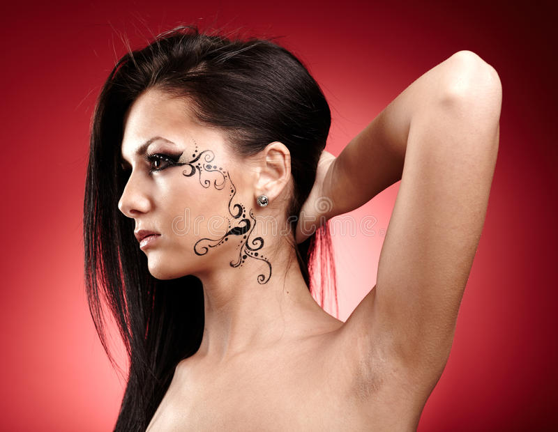 Schöner Brunette mit Gesichtstätowierung lizenzfreie stockfotos