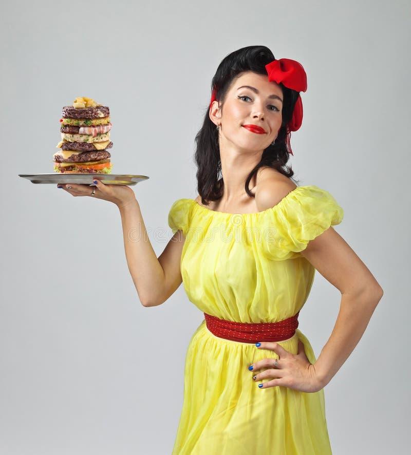 Schöner Brunette mit großem Burger lizenzfreie stockfotografie