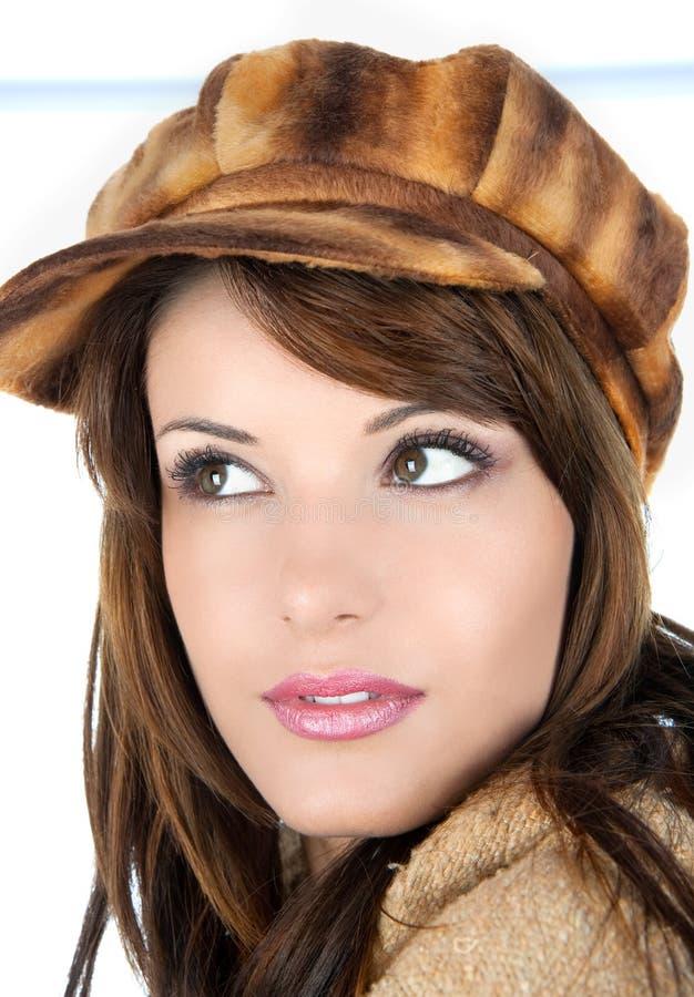 Schöner Brunette mit Retro- Mütze stockfoto