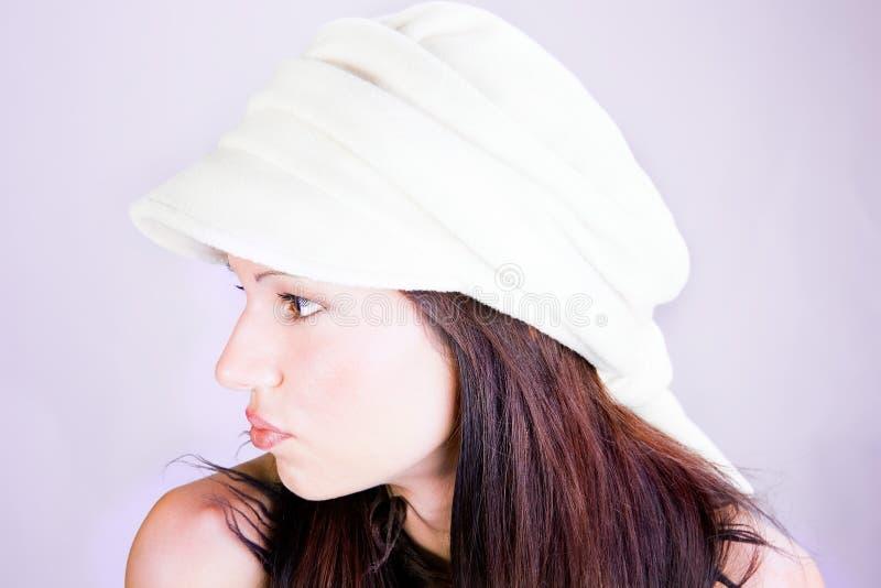 Schöner Brunette mit Retro- Mütze lizenzfreies stockbild
