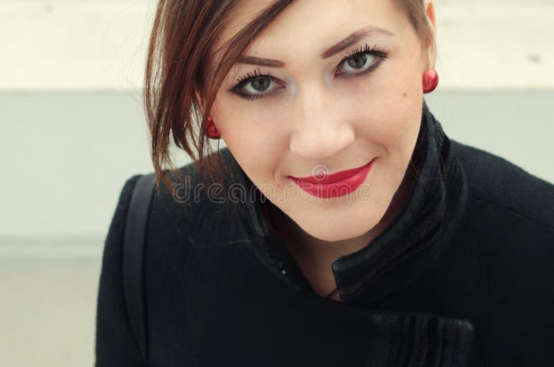 Schöner Brunette mit rotem Lippenstift lizenzfreie stockfotografie