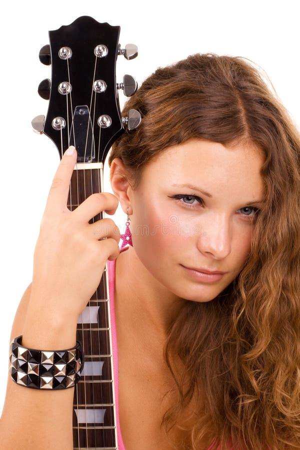 Schöner Brunette wirft im Studio mit einem guit auf stockfotos