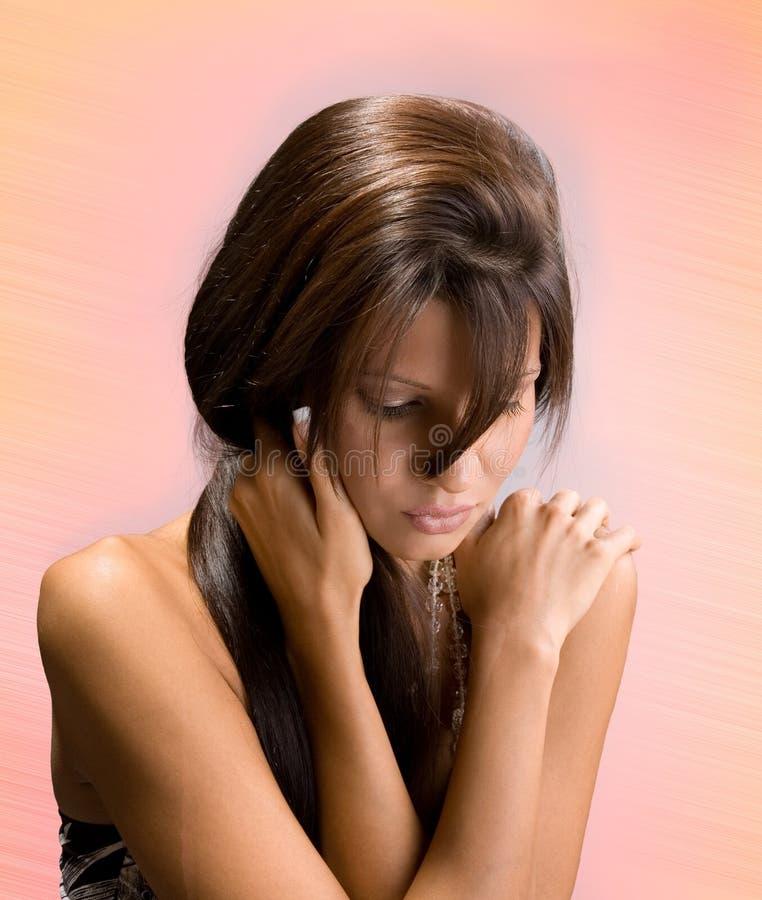 Schöner Brunetteeinfluß auf Schultern lizenzfreies stockfoto