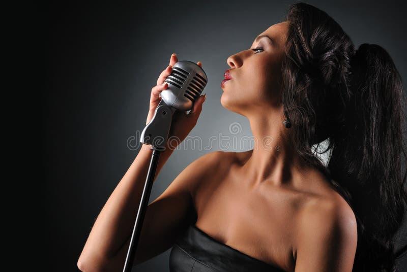 Schöner Brunettefrauen-Gesang stockbild