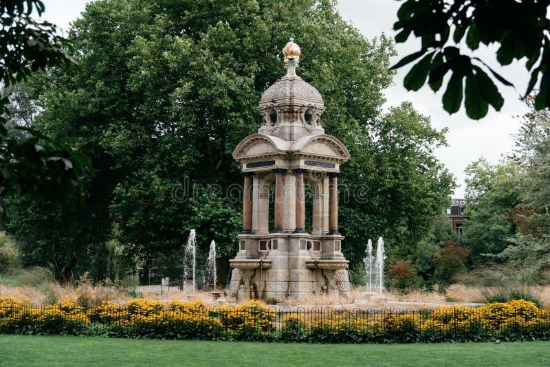 Schöner Brunnen in einem Park in Amsterdam stockbilder