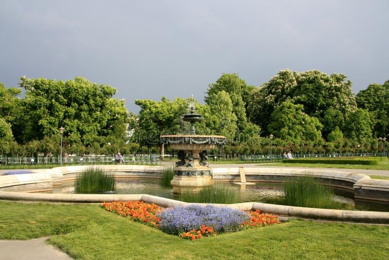 Schöner Brunnen in einem Park in Wien lizenzfreie stockfotos