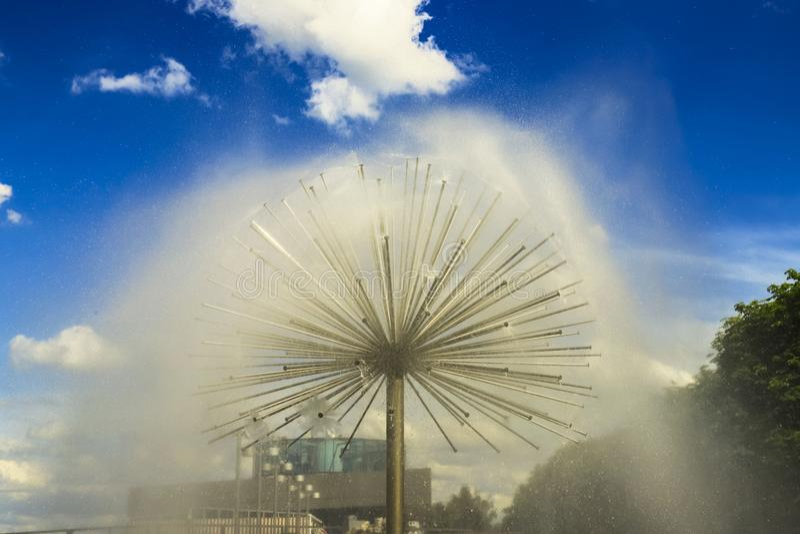 Schöner Brunnen in Form eines Balls auf dem Dnipro-Stadt Damm gegen den blauen Himmel, Dnepropetrovsk, Ukraine lizenzfreie stockfotografie