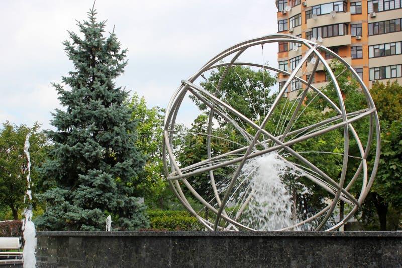 Schöner Brunnen im Park stockfoto