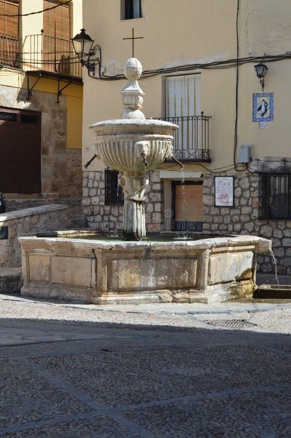 Schöner Brunnen nahe Quadrat der Stunde in Pastrana Architektur-Reise-Feiertage stockfotos