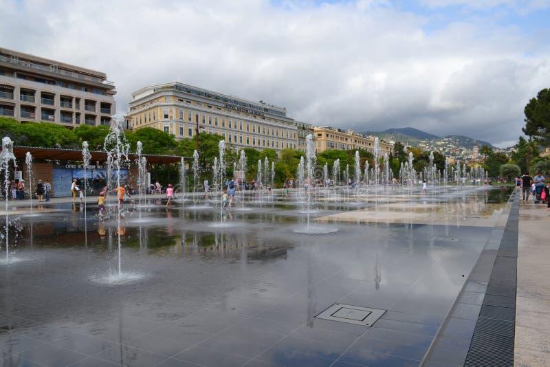 Schöner Brunnen in nettem Frankreich lizenzfreie stockfotos