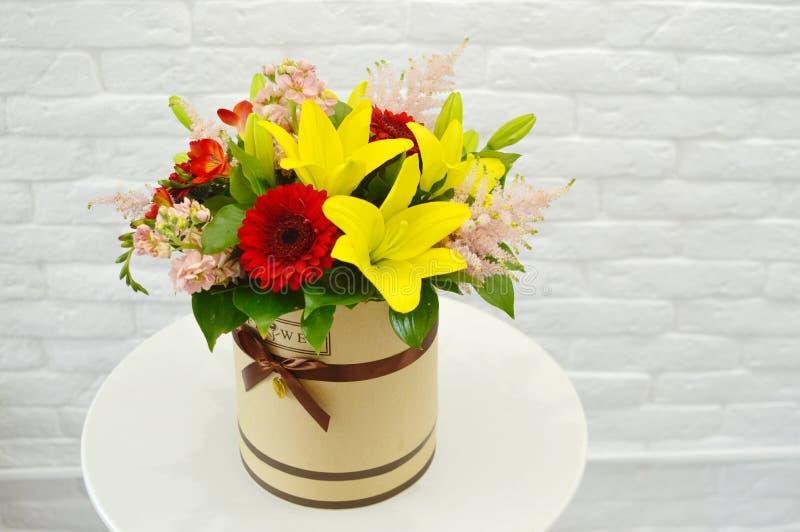 Schöner bunter Blumenstrauß von Blumen in einem Hutkasten stock abbildung
