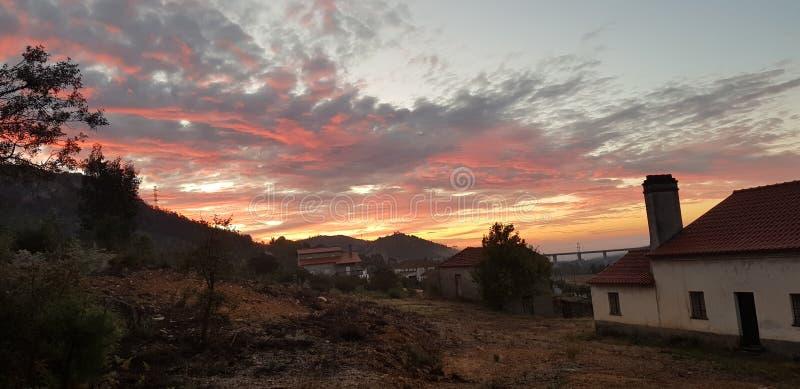 Schöner bunter Sonnenaufgang über Berg in Portugal stockfotos