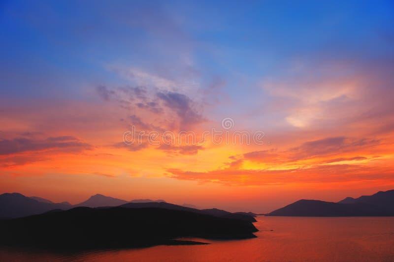 Schöner bunter Sonnenuntergang über Ägäischem Meer lizenzfreies stockfoto
