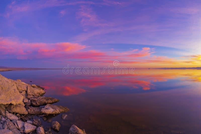 Schöner bunter Sonnenuntergang über einem sehr ruhigen Salton Seasee stockfoto