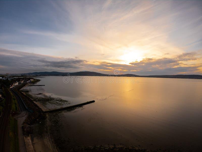 Schöner bunter Sonnenuntergang über Küste von Irischem See in Holywood Nordirland lizenzfreie stockfotografie