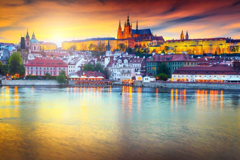 Schöner bunter Sonnenuntergang mit mittelalterlichen Gebäuden in Prag, Tschechische Republik lizenzfreies stockfoto