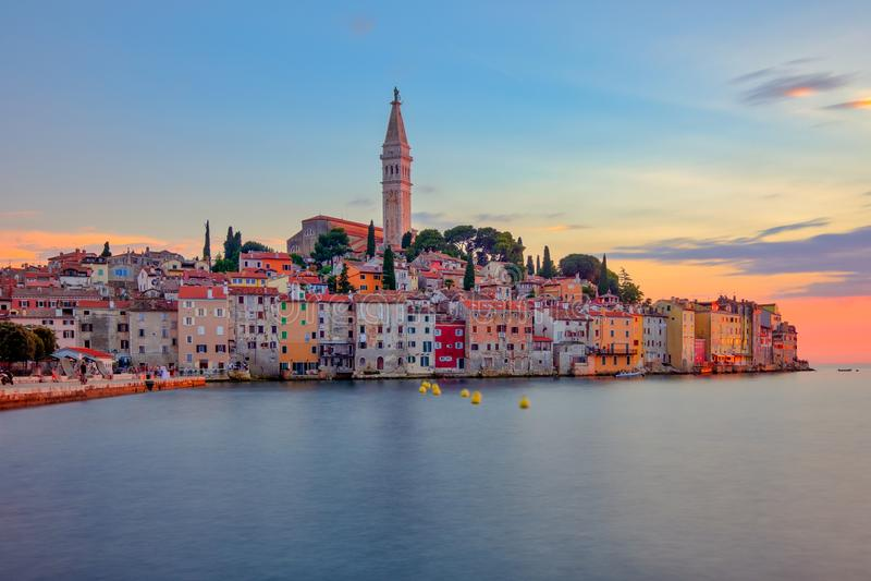 Schöner bunter Sonnenuntergang an Rovinj-Stadt in Kroatien stockfotografie