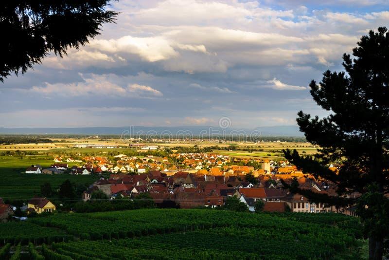 Schöner bunter Sonnenuntergang vorbei alsacien Dorfc$dambach-la-c$ville lizenzfreie stockfotos