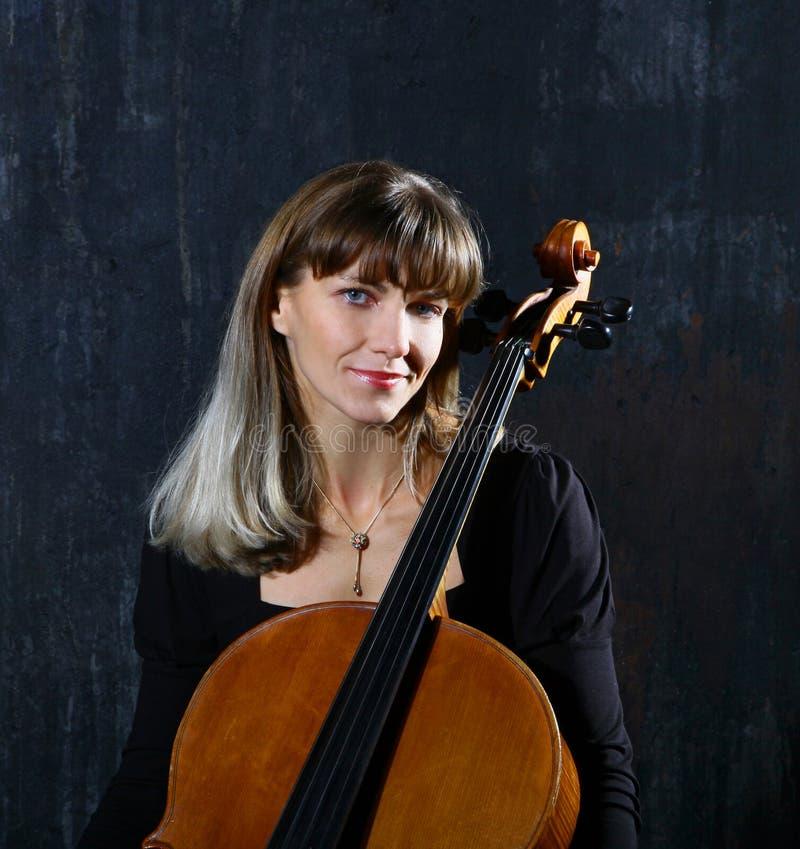 Schöner Cellomusiker lizenzfreie stockfotografie