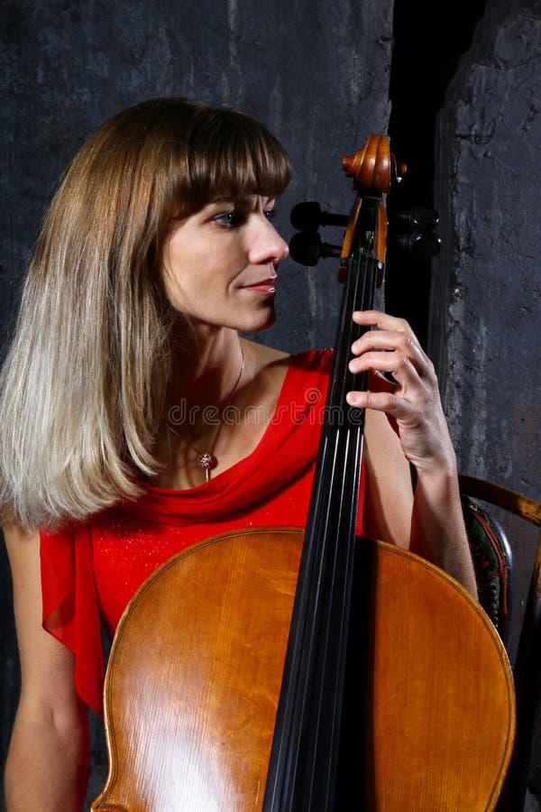 Schöner Cellomusiker lizenzfreie stockbilder