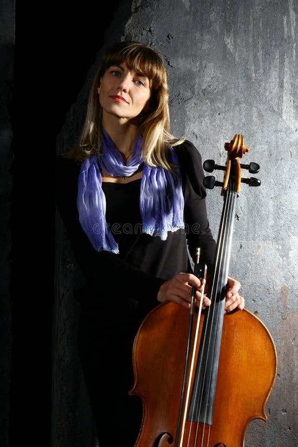 Schöner Cellomusiker lizenzfreies stockbild