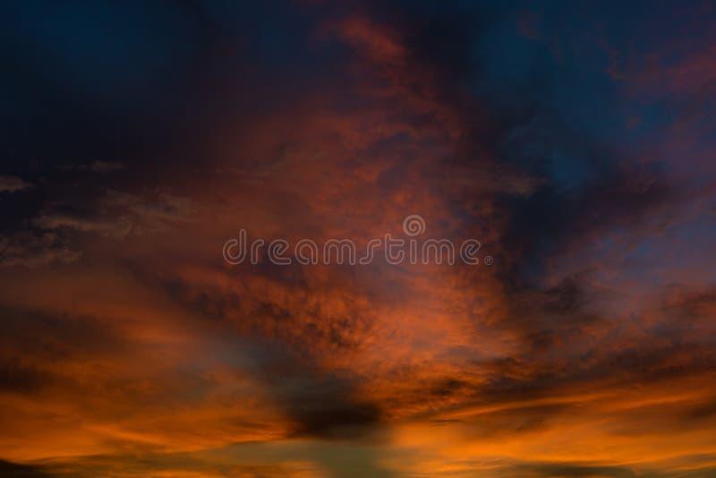 Schöner Dämmerungshimmel mit orange und blauer Farbe lizenzfreie stockfotografie