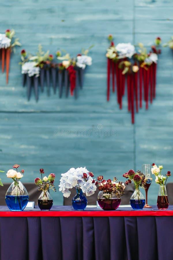 Schöner Dekor an der Hochzeit Die Blumen auf dem Hintergrund der Bretter werden in der Türkisfarbe gemalt stockfoto