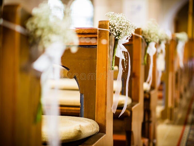 Schöner Dekor von weißen Blumen in der Kirche für eine Hochzeitszeremonie stockfotografie