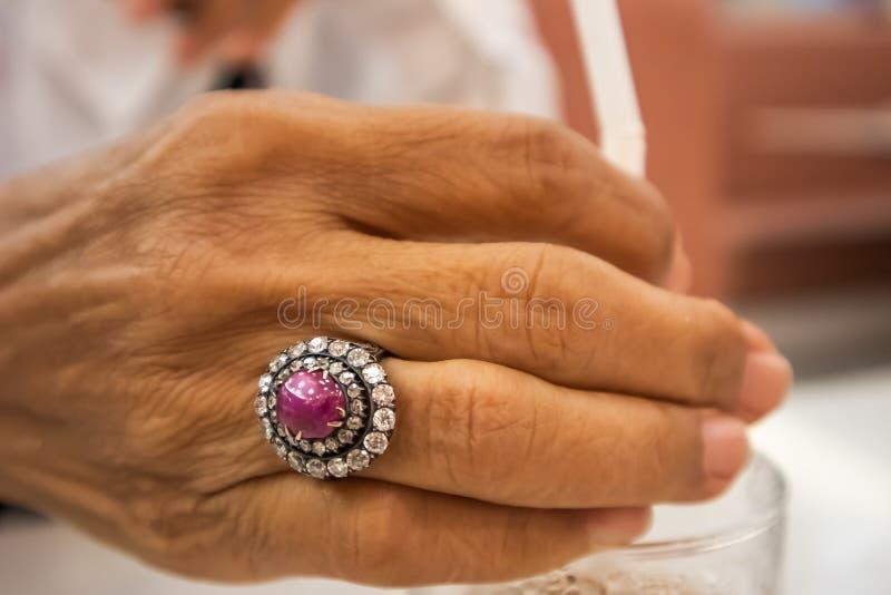 Schöner Diamantring auf Hand der alten Frau lizenzfreie stockfotos