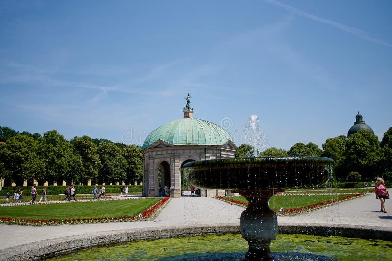 Schöner Diana-Tempel Dianatempel und ein Brunnen in zentralem München-` s Hofgarten lizenzfreies stockbild
