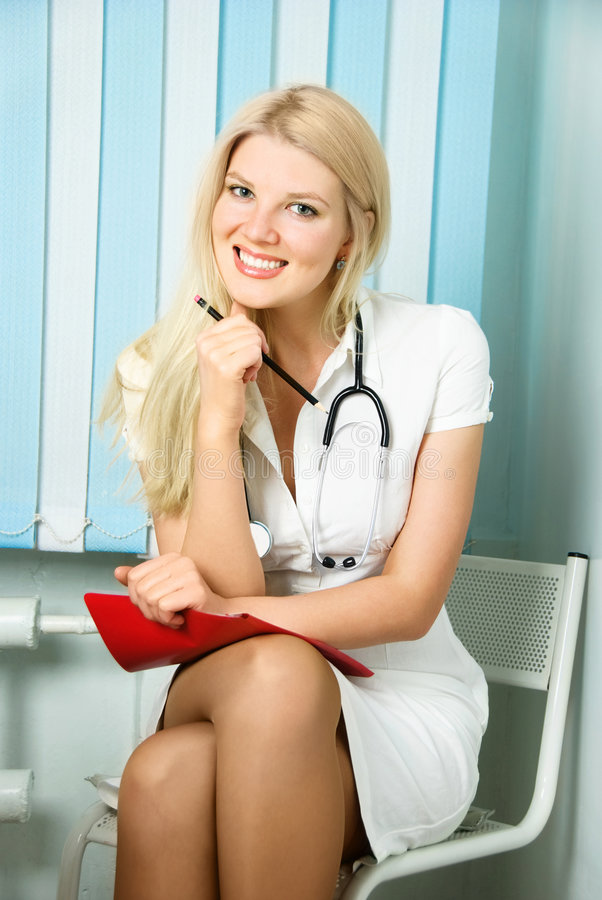 Schöner Doktor in ihrem Büro lizenzfreie stockbilder